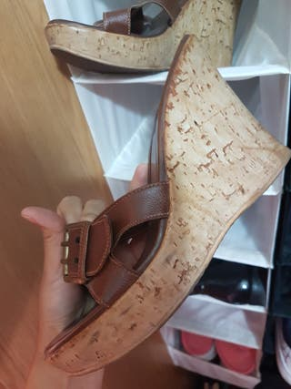 sandalia de piel con cuña y plataforma