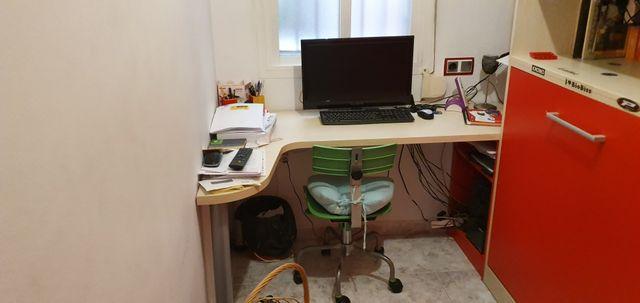 habitacion juvenil con amplio escritorio