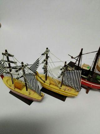 Lote 4 barquitos madera, 2 veleros y 2 pesqueros