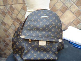 bolso o mochila louis vuitton , mide de ancho 37 c