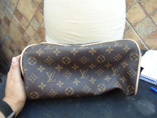 bolso o neceser louis vuitton, mide de ancho 82 cm