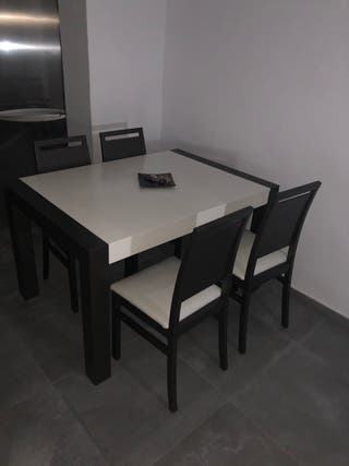 Mesa comedor despegable + 4 sillas.
