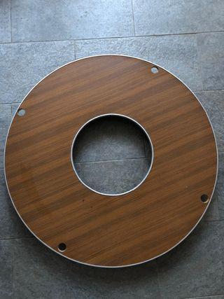 tarima de madera con bordes metálicos.