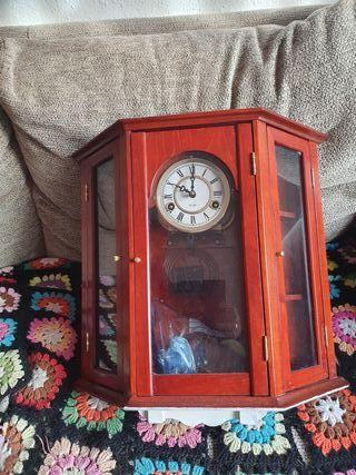 Reloj de pared con estantes