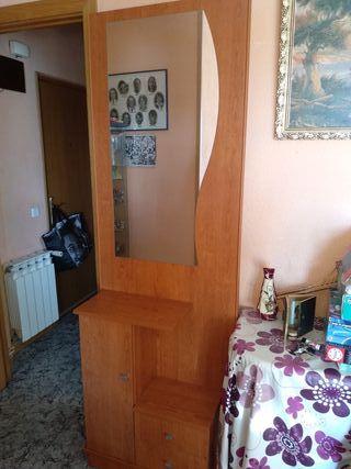 Mueble de salon con espejo.