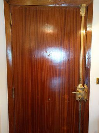 Puerta de entrada con cerradura de seguridad.