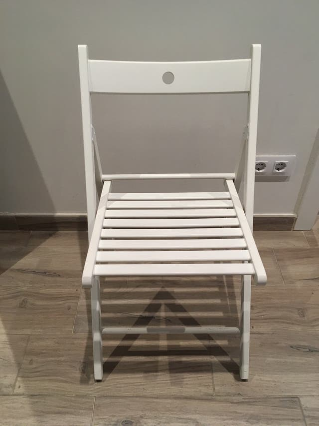 Silla blanca IKEA plegable de madera.