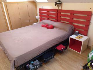 Cama de Palets y cabecero con colchón y mesillas