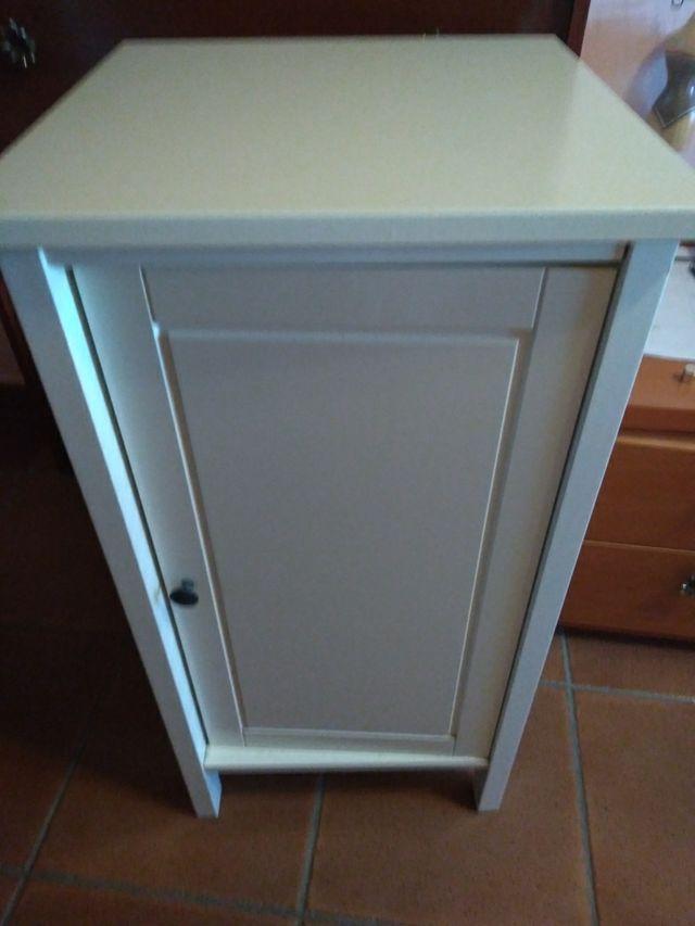 Mesita Lacada Blanca IKEA 75cm altura.