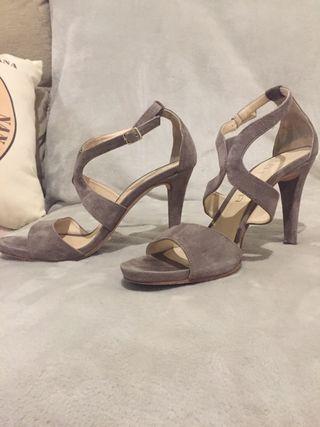 Sandalias de tacón, taupe, de Unisa.