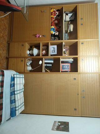 Estanterías y armarios con cama empotrada