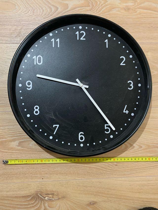Reloj de pared blanco y negro