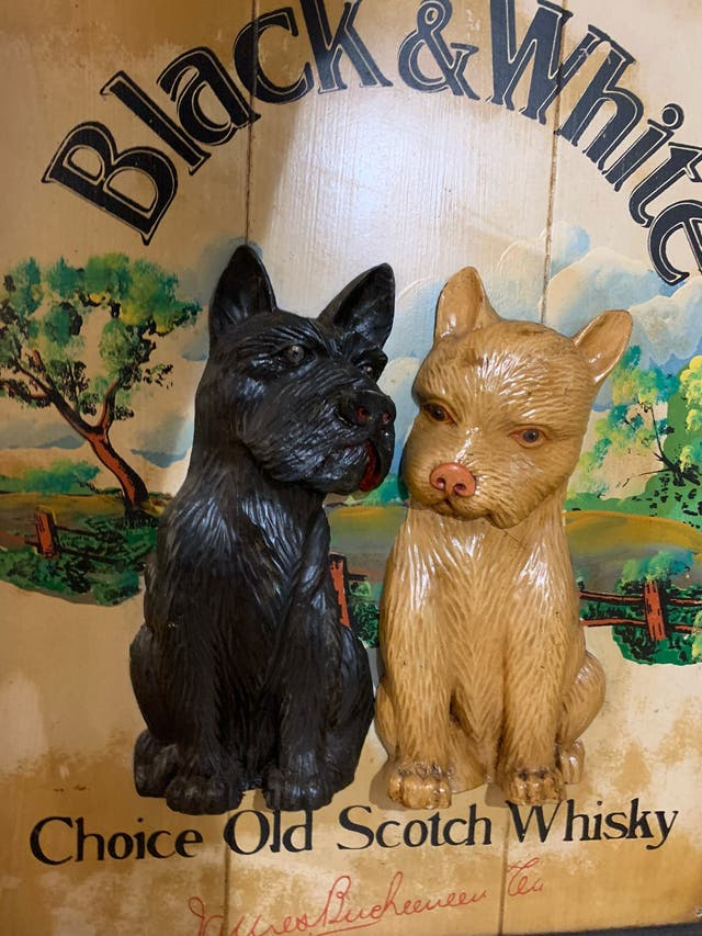 Cuadro de madera antiguo de relieve perros black a