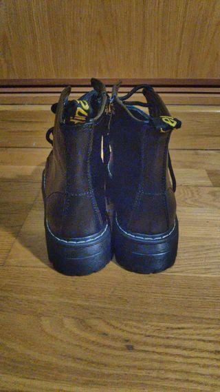 botas de plataforma estilo doctor martens