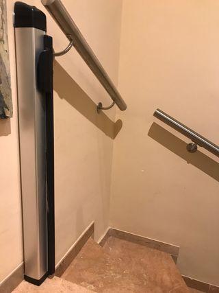 Barrera enrollable protección escaleras