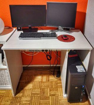 Mesa de ordenador color blanco.