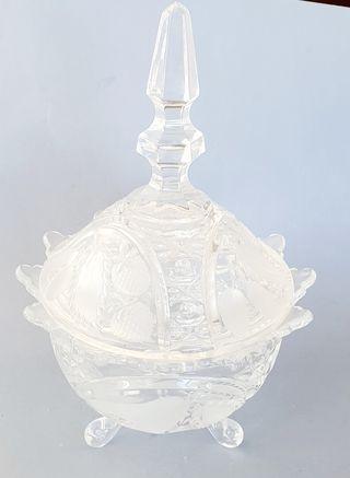 Bombonera de cristal de Bohemia tallado.