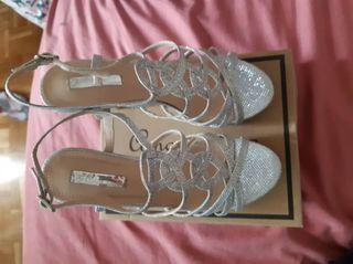 Hermosas sandalias de tacón. Totalmente nuevas.