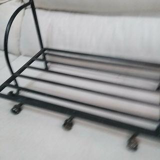 Perchero de hierro forjado y estanteria para cajas