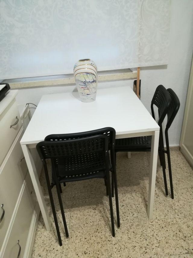 mesa blanca y 4 sillas