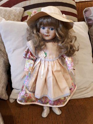 Preciosa muñeca de cerámica