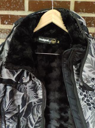 abrigo desigual talla 44 pero da muy poca talla