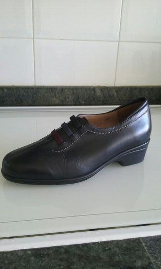 Sin estrenar.zapatos negros de piel