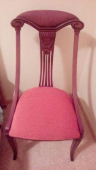 Cuatro sillas, a 25 € cada una