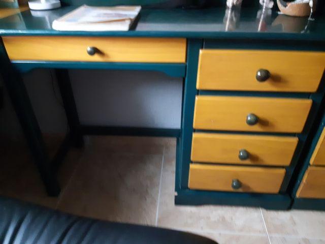 Conjunto de escritorio y mesilla de madera de pino