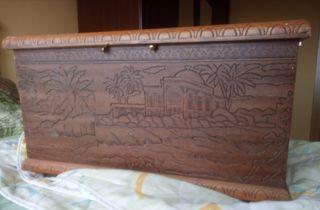 Arcón madera tallado