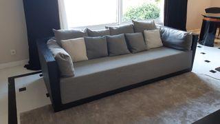 Sofá y mesa a juego de la firma Armani Casa