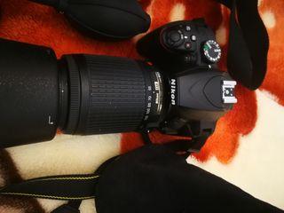 cámara de fotos nikon D 3400 con 2 objetos