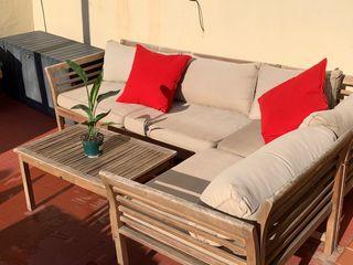 Sofa de madera con cojines