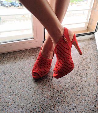 sandalias de tacón alto de color rojo