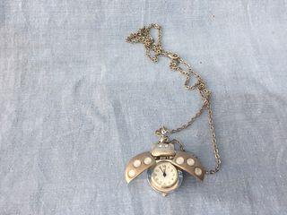 Liquidación de artículos, reloj con cadena