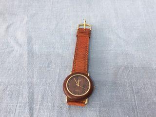 Liquidación de artículos, reloj color madera
