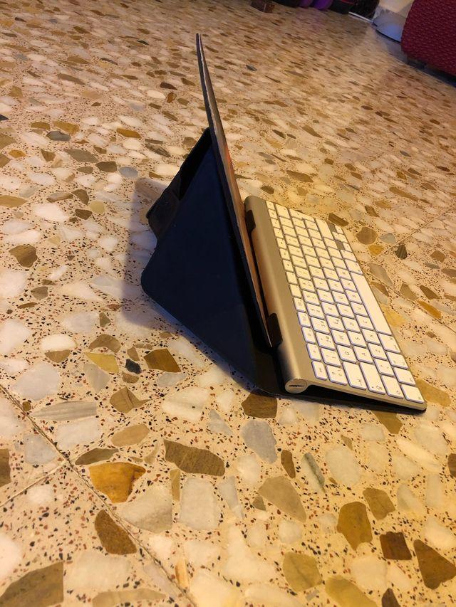 Teclado Apple con soporte para tabletas.