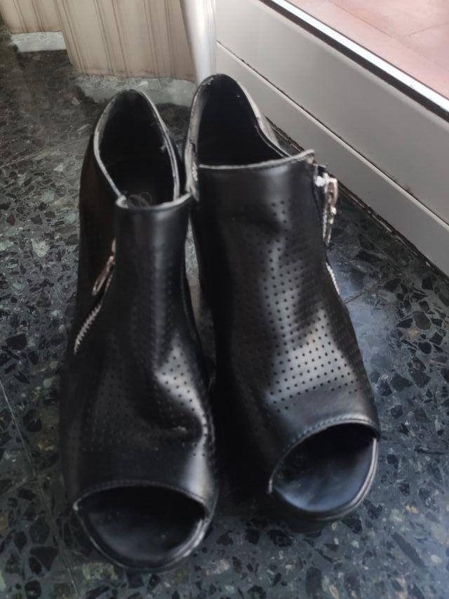 Sandalias medio cerradas de tacón