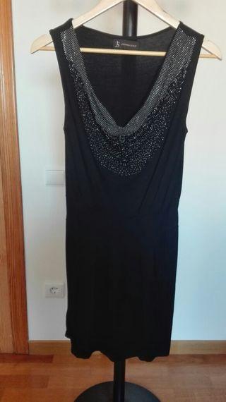 Vestido negro de fiesta con pedrería.