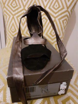 Exclusiva sandalia de piel negra y bronce