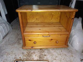 mesa de tv con ruedas de madera de pino
