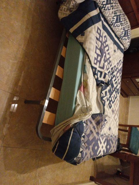 Sofás precio negocia dos y tres plazas y una cama.