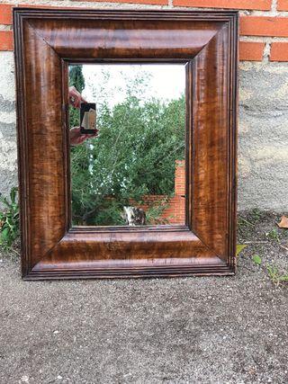Espejo con marco de madera maciza.