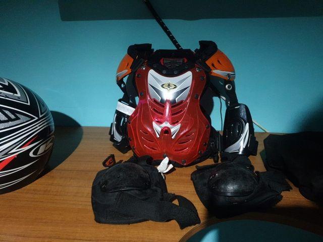 Casco y corsé protección motocross
