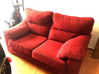 Sofá de 2 plazas color granate.