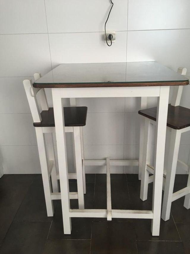 Mesa alta de cocina con dos taburetes