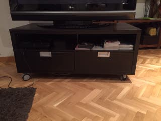 Mueble TV negro wengué Ikea 120X60X54 con ruedas