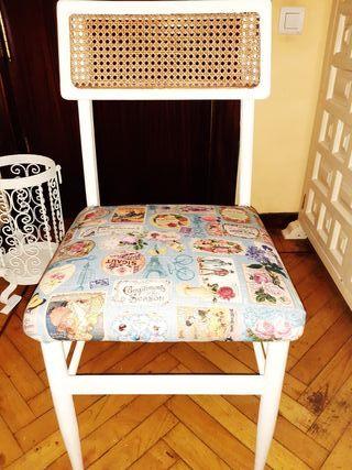 Antigua silla Mocholi recién pintada y tapizada.