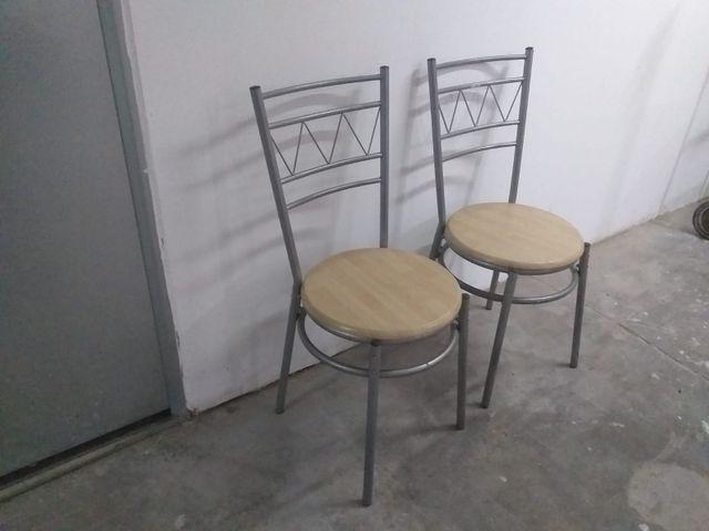 par de sillas de diseño plateadas