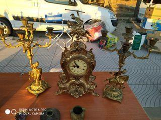 reloj y candelabros de bronce antiguos